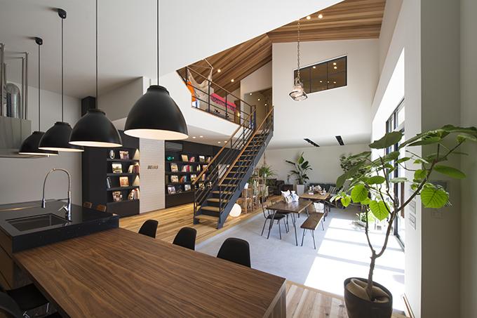 吹き抜け天井の開放的なショールーム